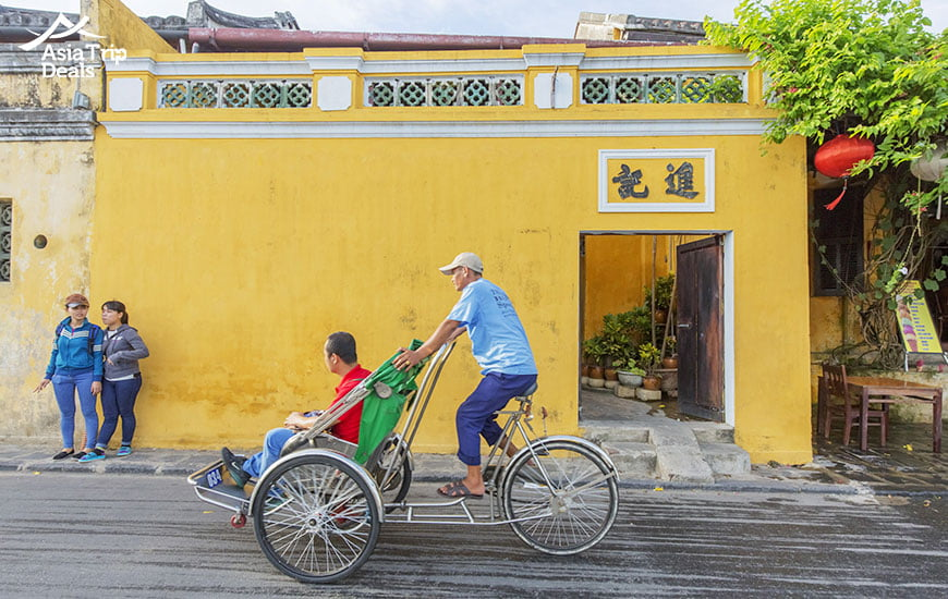 The unique experience of visiting a stree in Hoi An old town on a cyclo